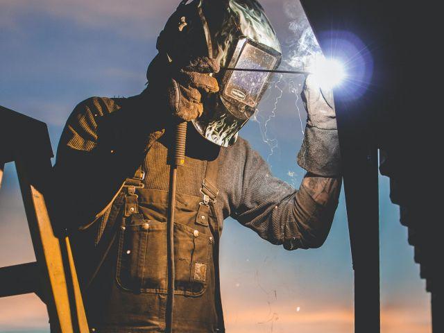 Homem trabalhando na indústria